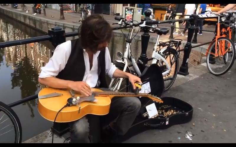原來吉他還能這樣彈!男子的表演讓所有路過的人都特地停下來錄影!