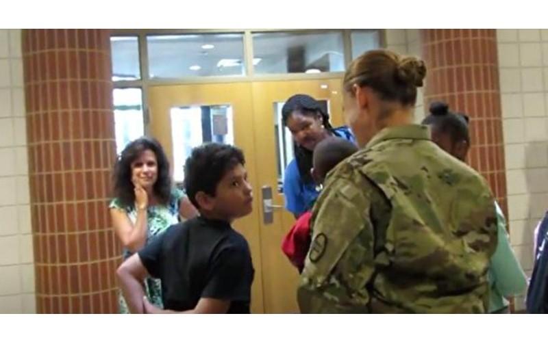 1年沒看到兒子...軍人媽媽「跟老師串通好」偷偷跑到學校,相遇的那瞬間太感人了QQ