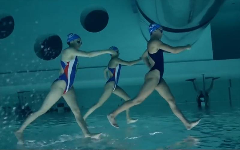 到底怎麼辦到的!水上芭蕾選手「在水面上行走」超強華麗旋轉「結尾震撼人心」超級精彩