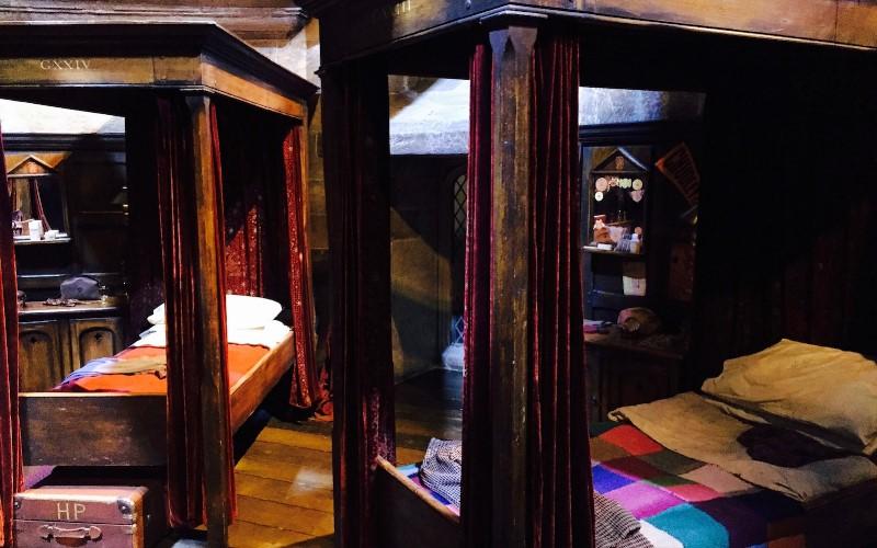 這間飯店推出《哈利波特》主題套房!「100%神還原」葛萊芬多宿舍 一打開書櫃粉絲暴動了!