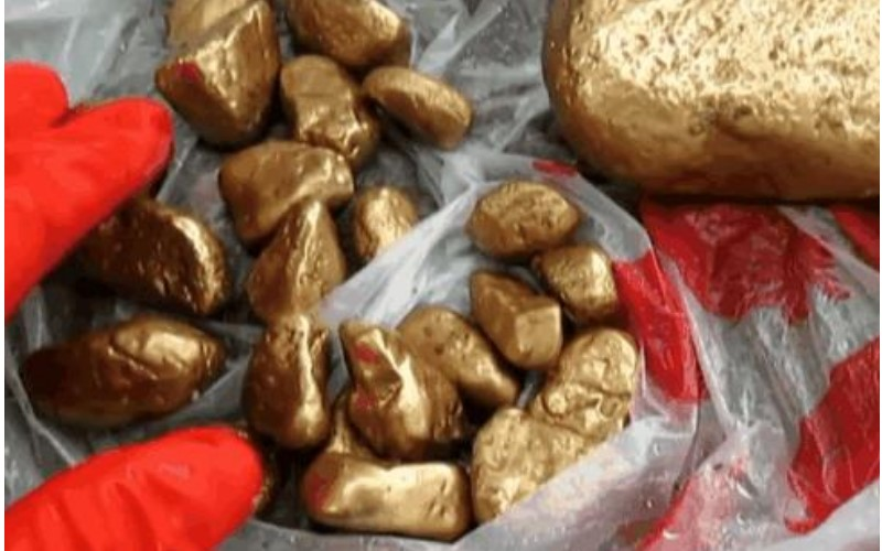 女子河邊洗衣撿到十幾顆「金色石頭」!交給專家鑑定後竟發現真的「價值不斐」