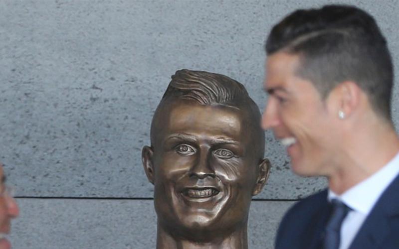 C羅「咧嘴詭笑雕像」悄悄被換掉了!當地人卻發起連署:給我換回來