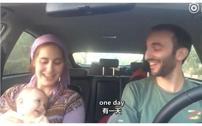 這對夫妻在車上唱出「超美合音」爆紅,但「小寶寶的表情」也超有戲:萌慘了~