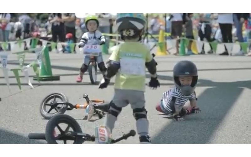 腳踏車比賽時小男孩「看見對手摔倒」立刻棄車攙扶對手...不計較輸贏「兩人相視而笑」暖翻網友