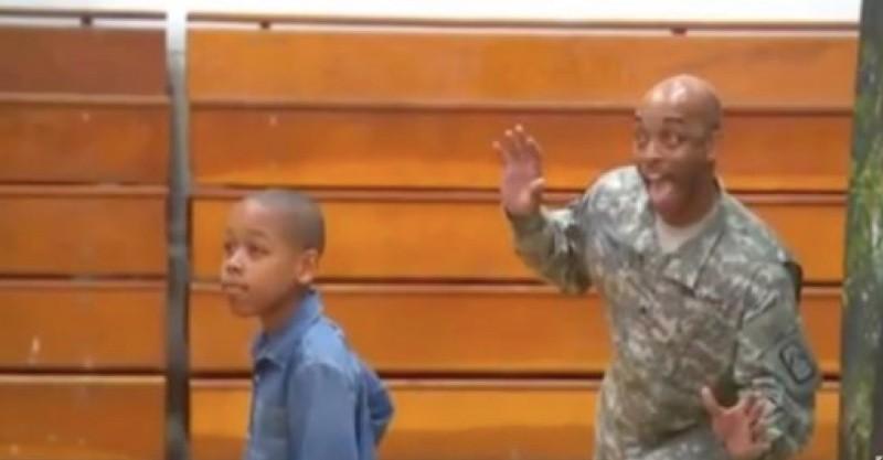 軍人老爸亂入兒子「畢業照」獻上驚喜!當兒子一轉身看見「久未回家的爸爸」...看哭了QQ