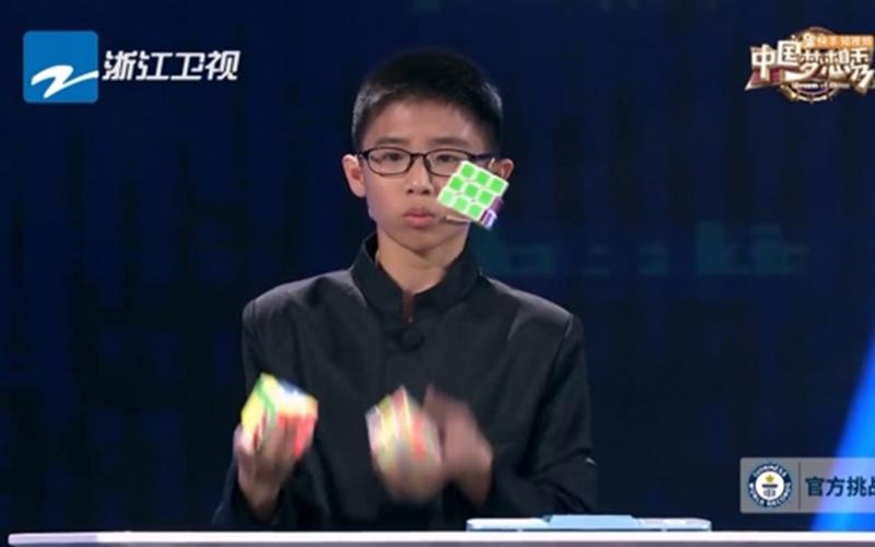 13歲少年表演「拋接同時解3個魔術方塊」超神!速度快到打破金氏世界紀錄!