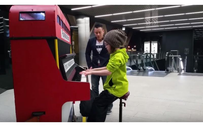 9歲女孩在地鐵的鋼琴椅上「以為她要彈兒歌」接著他們就驚到立刻錄下來!
