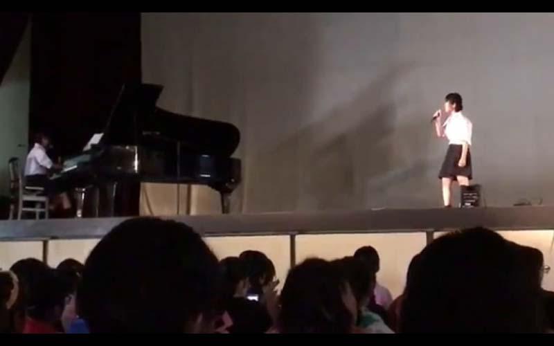 他將女學生校慶表演時的唱歌影片PO上網,結果點閱爆衝!網友「天生的歌手無誤!」