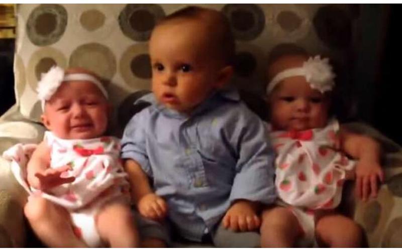 為什麼長得一模一樣?男童坐在雙胞胎中間不停轉頭看,網友笑稱看矇了!