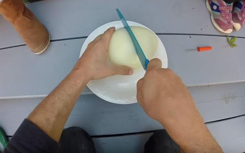 瘋狂老爸挑戰用鴕鳥蛋煮「世界最大水煮蛋」!經過一個半小時終於煮熟一鋸開畫面太療癒