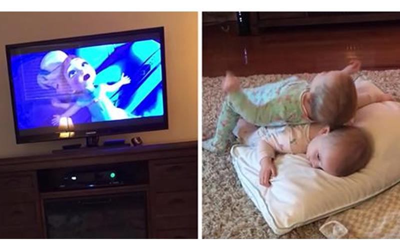 超萌雙胞胎神還原《冰雪奇緣》,媽媽偷偷拍下「真人Baby版」 好療癒!