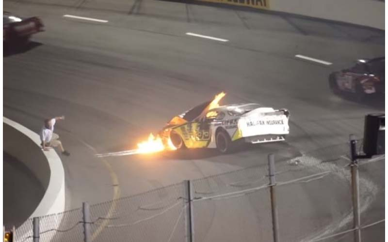 賽車比賽途中發生擦撞起火,爸爸不顧一切翻越圍牆救出受困兒,感動網友「這就是父愛阿!」