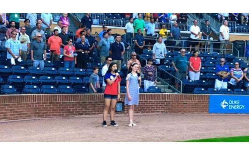 美國少女棒球場「清唱中華民國國歌」 超標準發音讓全場都起立鼓掌!