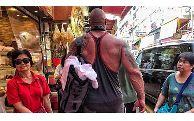 捕獲野生巨石強森現身香港街頭,高大壯碩的身形立馬引起路人圍觀!