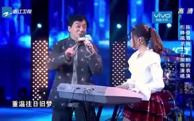 台灣街頭少女「表演驚豔全場」,乘龍忍不住技癢一同合唱 網友讚:明日之星!