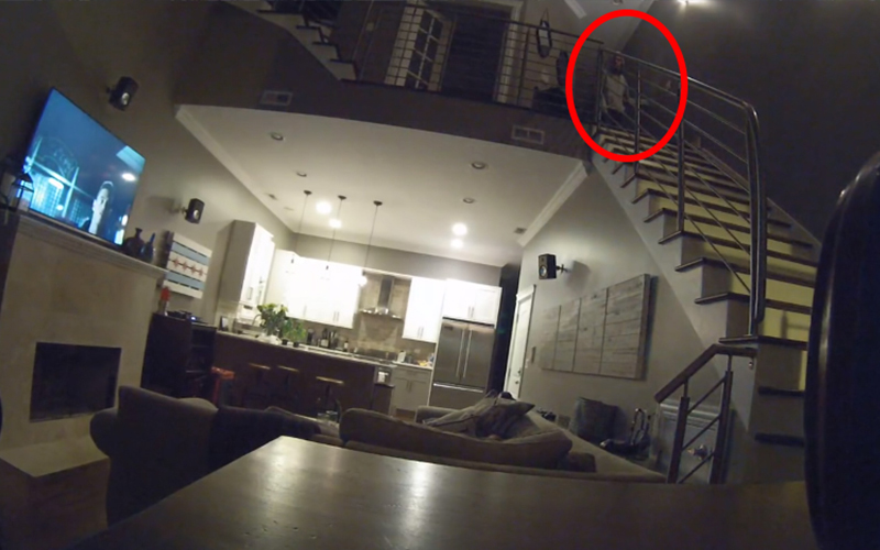 情侶在沙發上睡著,隔天起來發現「錢包竟然不見了」查看監視器當場嚇到毛骨悚然!