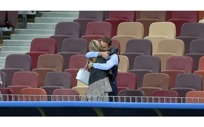 英格蘭主帥輸球「一個人獨留觀眾席反省」...妻子默默出現上前擁抱:輸了全世界,你仍是我的英雄