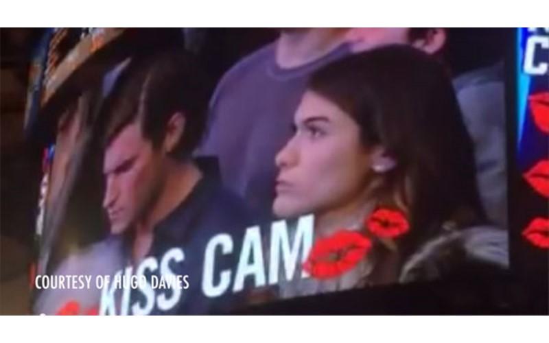NBA親吻鏡頭cue到她...男友卻只顧玩手機 女生爆氣「直接報復」讓全場high翻!