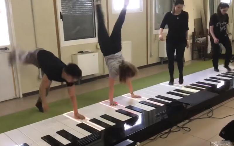 四人在特大號鋼琴上演奏《Despacito》,腳彈完換用「倒立彈法」網友都看呆了!