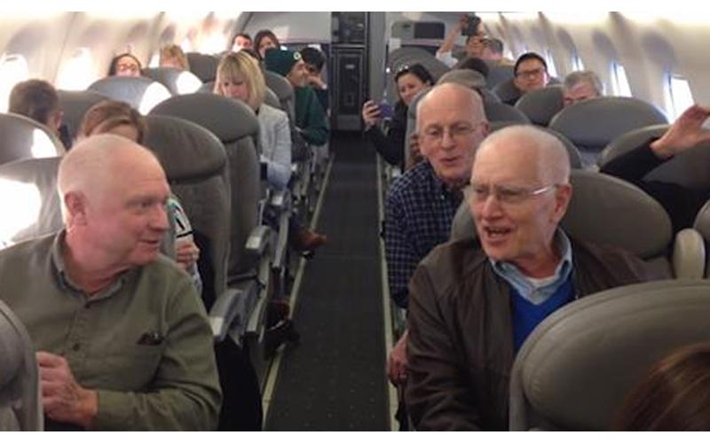 飛機Delay1小時 乘客們開始不耐煩,突然一群老人齊唱「最美和聲」 網讚:歌神級!