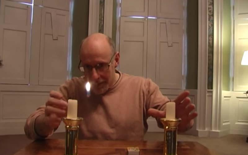 他竟然能將蠟燭上的燭火隔空從右邊移到左邊,這看似無死角的魔術,其實很簡單!