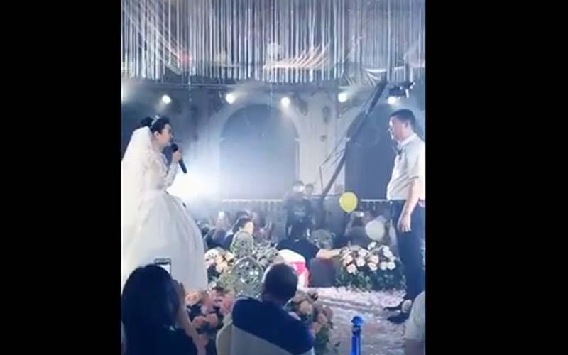 婚禮上,新娘哽咽唱歌緩緩走到父親面前!唱到「我是你的驕傲嗎?」歌詞逼哭全場!
