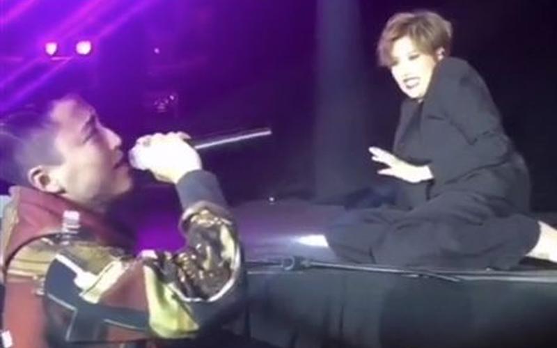 男粉絲太熱情「搶麥克風開唱大破音」,A-Lin嚇傻趴倒在舞台...下一秒讓她更傻眼!