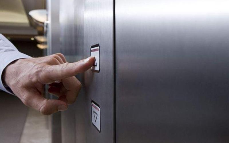 女子夜歸時碰到「2個醉漢一起在等電梯」內心有點害怕,但他們當下說出的話卻讓她永生難忘!