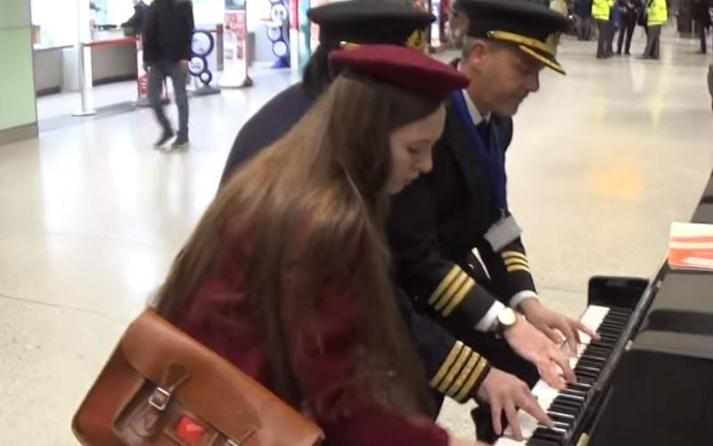等飛機太無聊...她隨手彈2下鋼琴 一旁機長突然加入超華麗即興「6手聯彈」