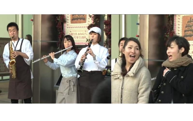 4名咖啡店員在街頭突然「演奏龍貓主題曲」 路過大媽衝上前「參一咖唱歌」最後全體大合唱好感人