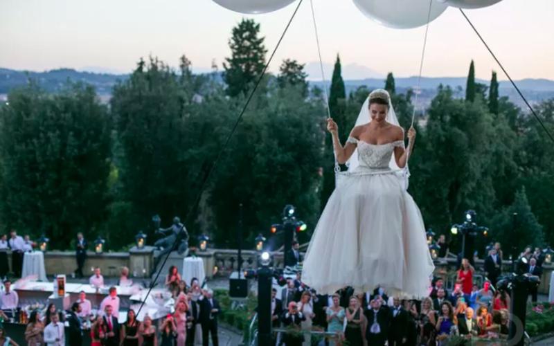 夢幻婚禮!新娘坐250顆白色氣球升空,降落後「驚喜一抱」 網友讚:好感人!