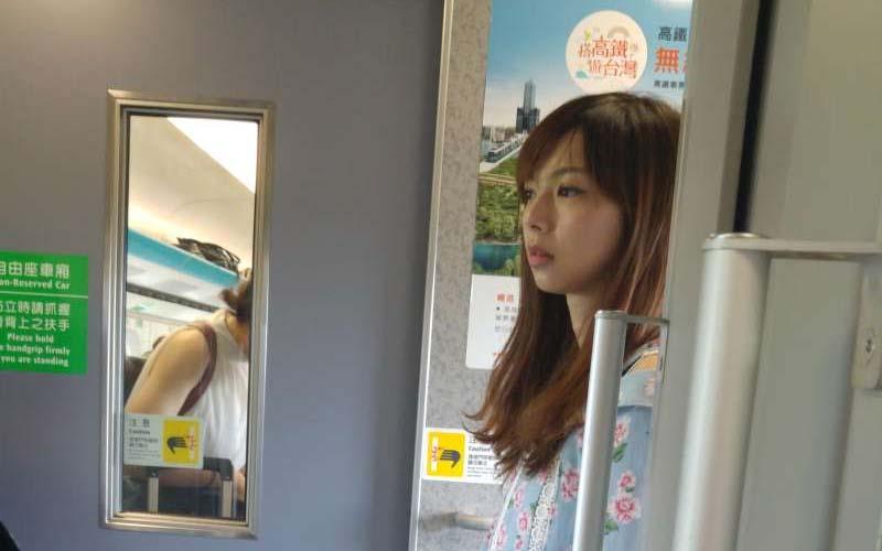 他在高鐵拍到一個拿LV包包的正妹,PO網請神人肉搜,結果網友都驚呼「是日本偶像來台灣嗎?」