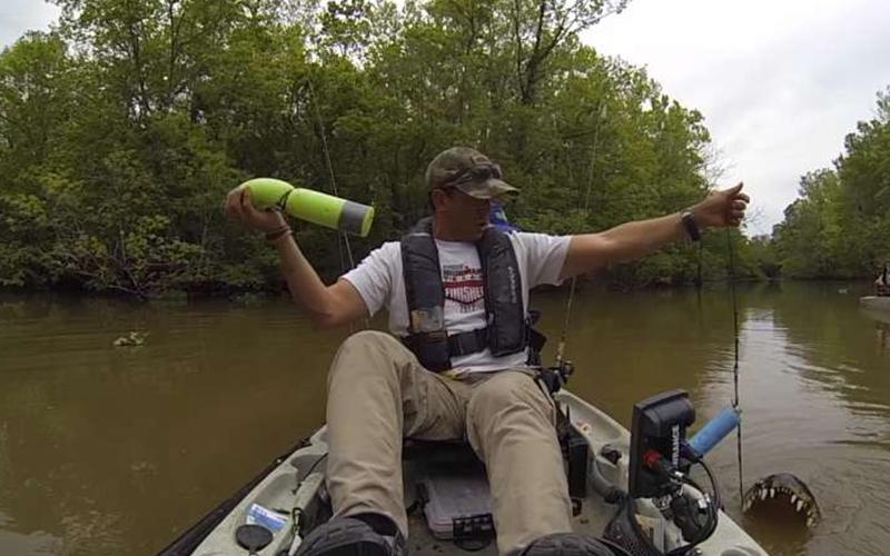 父子釣魚竟然釣到大鱷魚「嚇到瘋狂逃走」!兒子嚇哭:牠體型比我們的船還大