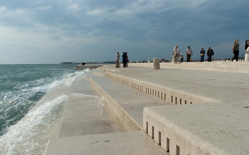 克羅埃西亞海邊的「多孔階梯」不光只是建築設計,當海浪拍打時你的耳朵就會有奇幻的享受!