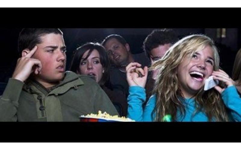 看電影遇到很吵的屁孩怎麼辦?他分享朋友「這個動作」讓全場秒安靜...網友:笑死,超神經