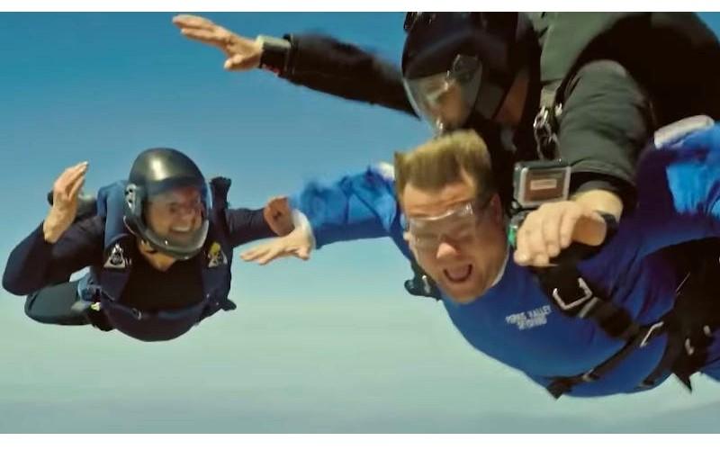 真的全都自己來!阿湯哥揪詹姆斯柯登一同體驗「不可能的任務」,超刺激高空跳傘讓人腿軟