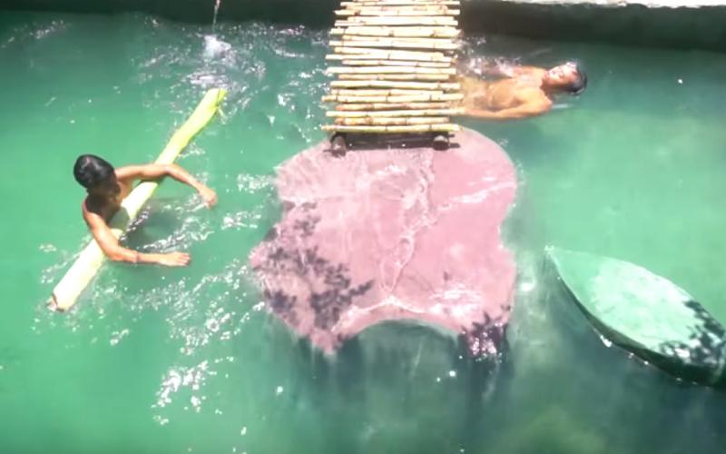 他們在野外自己「挖泳池泡澡」消暑!拉管線引入溪水太清涼