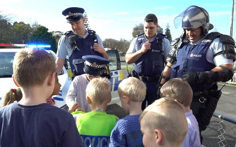 4歲男童狂打電話報警:可以參加我的生日趴嗎? 當天「一群警察來敲門」神發展暖翻全國