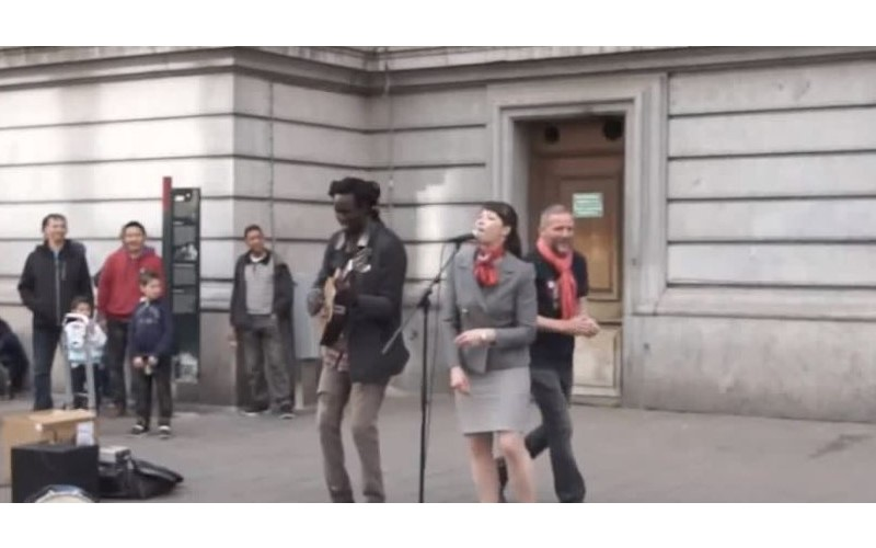 街頭藝人唱一半正嗨…突然OL亂入一開口「爆發力勾魂嗓音」超狂!網友:快讓她出道