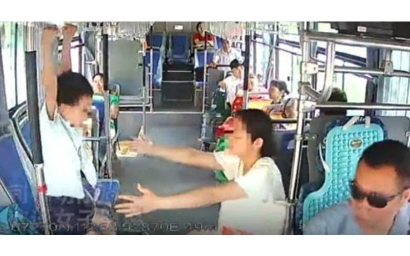 沒品大媽在公車上「讓兒子用拉環吊單槓」 被勸阻還嗆聲回嘴...司機當場「霸氣教訓她」爽翻