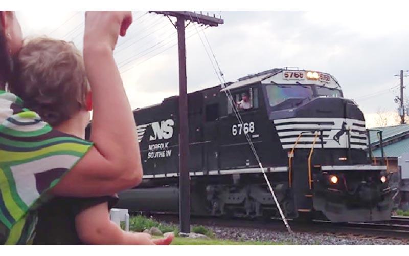 爸爸是火車司機!每次路過家門口都「鳴笛跟家人打招呼」小男孩愣一下憨笑:是爸爸耶