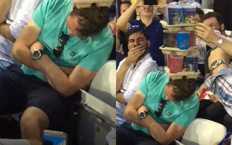看球賽太無聊「男球迷直接昏睡」!路人趁機疊疊樂「最後玩開越疊越高」全場笑翻