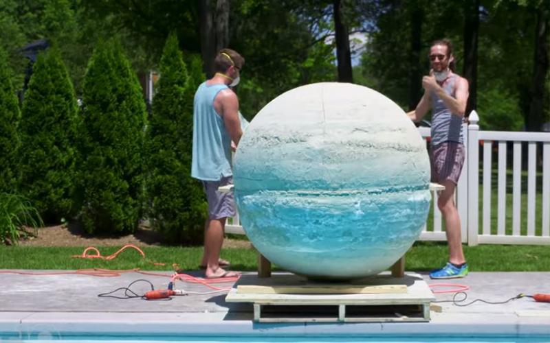 神人挑戰自製「全世界最大沐浴球」 一推下泳池「水中發泡畫面」超奇幻!狂飆1000萬點閱
