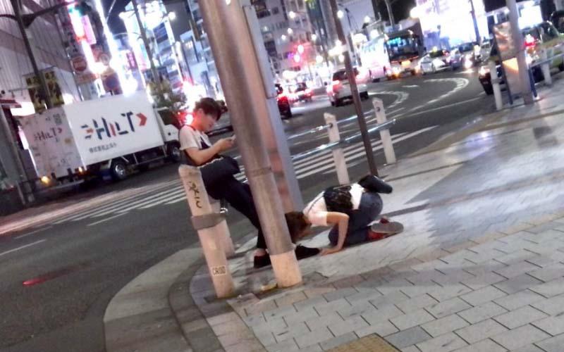 大馬路上驚見短髮女孩「土下座」男友無情滑手機,網友罵翻「這根本不是男人!」