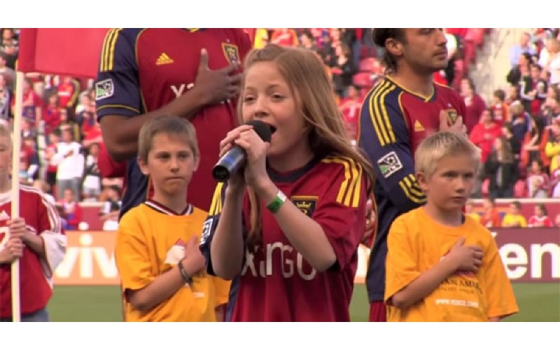 爸爸跟女兒打賭她沒辦法完美唱出「最高音」 小女孩「用實力打臉」讓整個球場high翻了