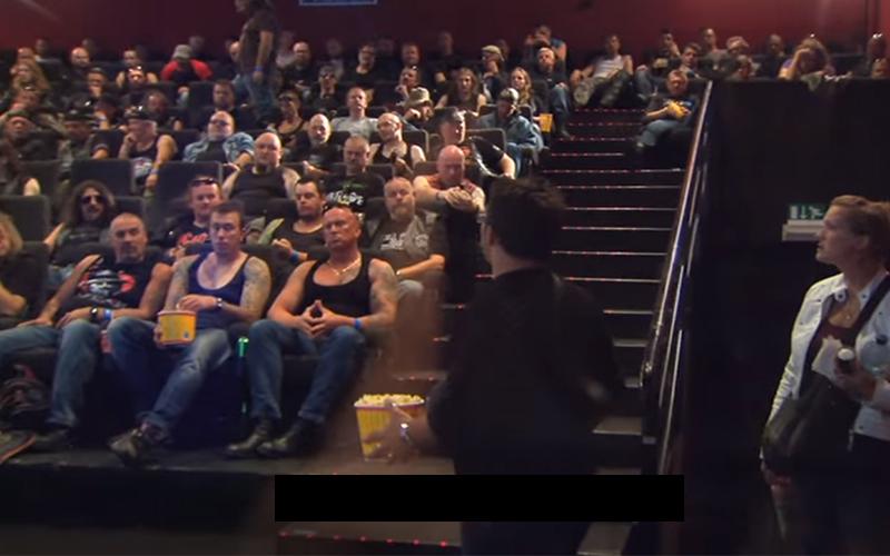 情侶走進電影院驚見全坐滿「兇神惡煞的壯漢」 勇敢坐到中間...成功解鎖超大驚喜!