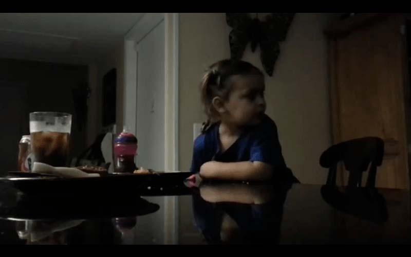 哥哥架攝影機想偷錄妹妹,沒想到真的拍到詭異的畫面!房間內似乎有什麼存在?