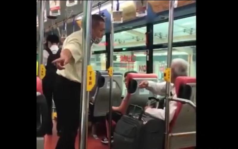 乘客血糖低在公車上吃東西竟引來「正義魔人」咆哮攻擊!公車司機霸氣挺身而出:你給我下車