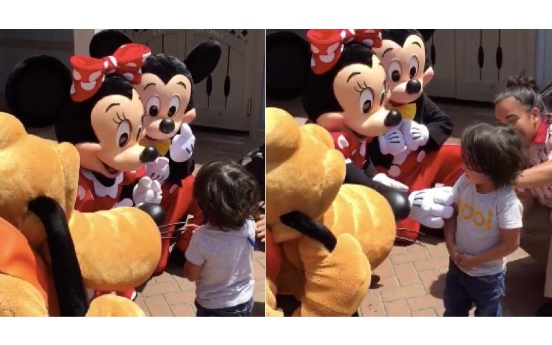 小男孩看到「迪士尼人偶」熱情比手語 米奇米妮見狀「送上一個大驚喜」超級太暖心