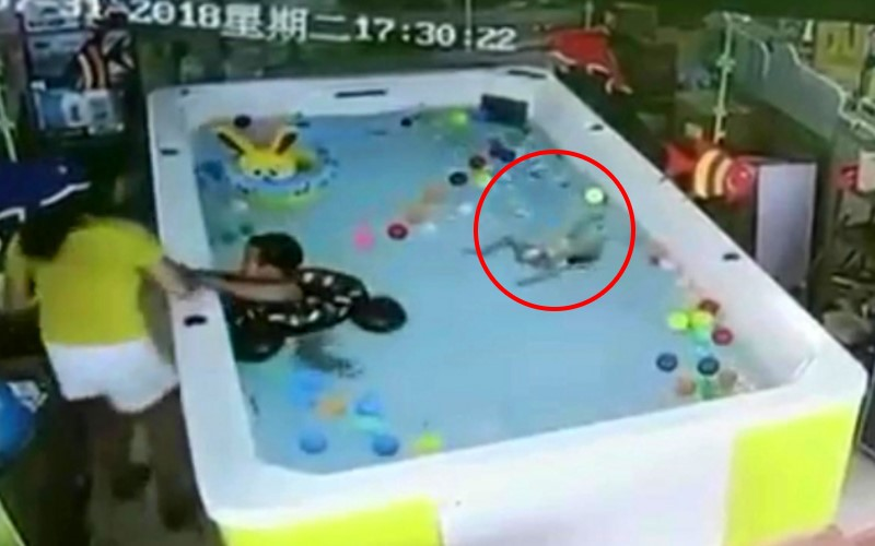 太扯!嬰兒倒頭栽泳池91秒 媽媽竟只顧滑手機完全無視求救童!